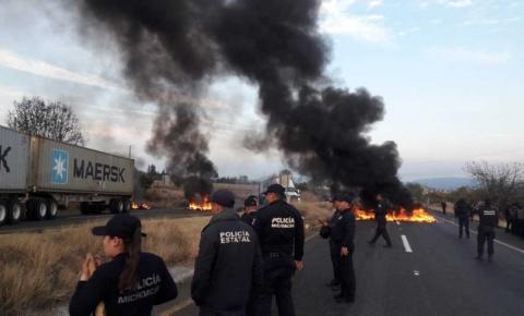 Normalistas de Tiripetío bloquean carretera Morelia-Pátzcuaro