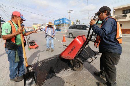A paso firme avanza administración de Mario López; aplica más de 2 mil toneladas de asfalto en programa de bacheo