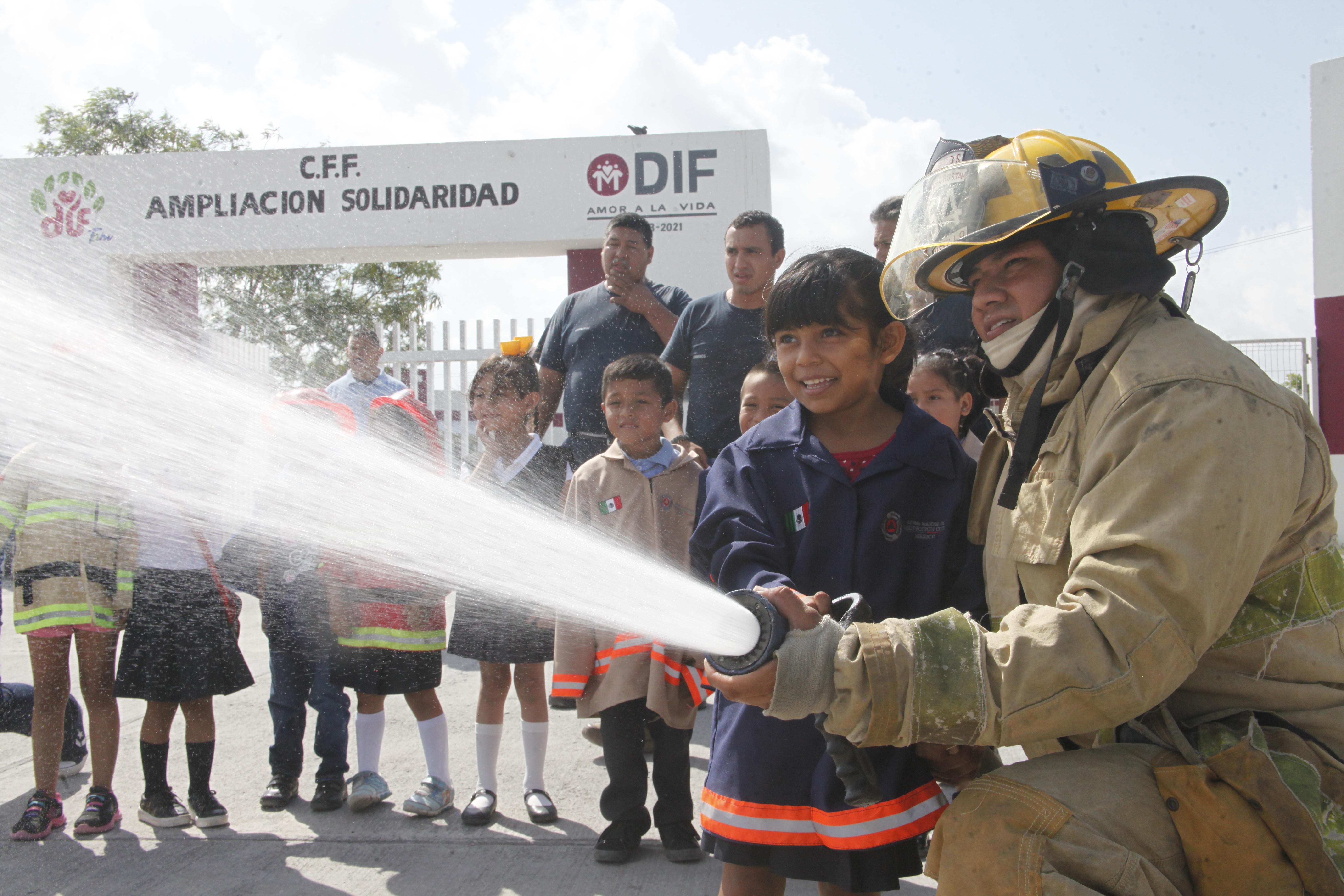 Disfrutan niños de CAIC visita de Bomberos y Protección Civil